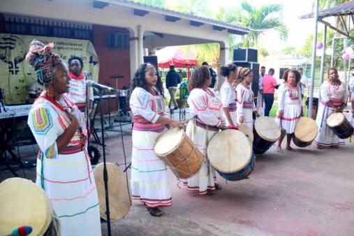 Mujeres Afros tocando